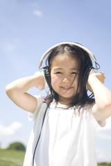 ヘッドフォンで音楽を聴く女の子