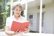 本を読むシニア女性