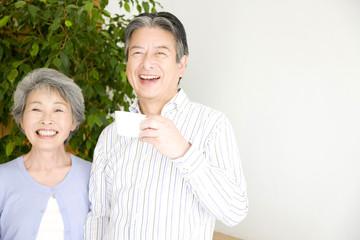 笑顔のシニアカップル