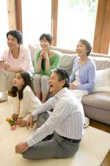 リビングで笑っている親子3世代