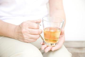 グラスを持つシニア女性の手元