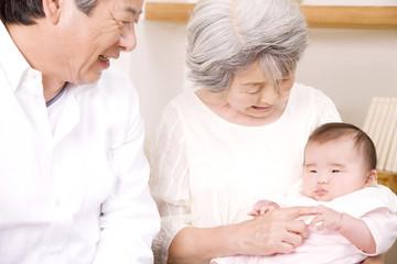 赤ちゃんをあやす祖父母