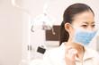 マスクをつける歯科衛生士