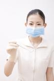 口腔鏡を持った歯科衛生士