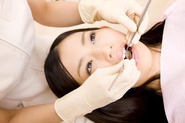 歯科治療をうける女性