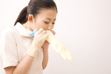 ゴム手袋をふくらませる歯科衛生士