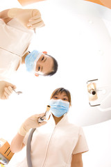 患者を覗き込む歯科衛生士2人