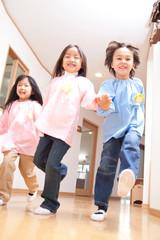 廊下を走る幼稚園児3人