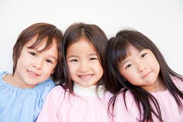 笑顔の幼稚園児3人