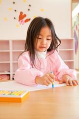 お絵描きをする幼稚園女児