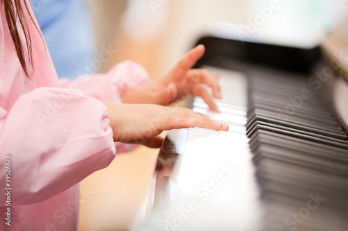 ピアノを弾く幼稚園女児の手元