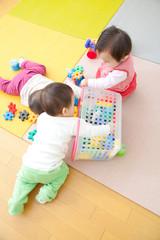 おもちゃで遊ぶ乳児3人