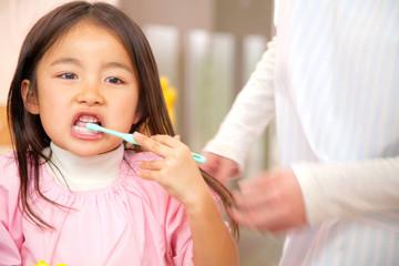 歯磨きをする幼稚園女児