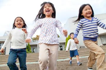 園庭を走る保育園児