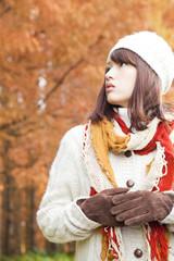 紅葉を眺める女性