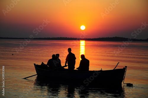 In de dag Oranje eclat boat on sunset
