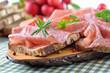Brotzeit mit Salami und Bauernbrot