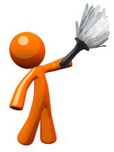 Pomarańczowy człowiek posiadający miotełki, czyszczenia lub Butler
