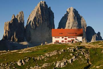 Die Drei Zinnen Hütte am frühen Morgen.