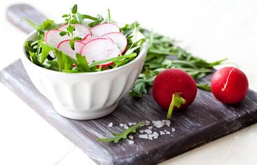 frischer Salat mit Radieschen