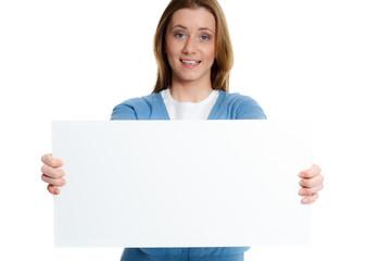 junge brünette frau zeigt whiteboard