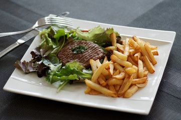 steack haché frites  salade 9