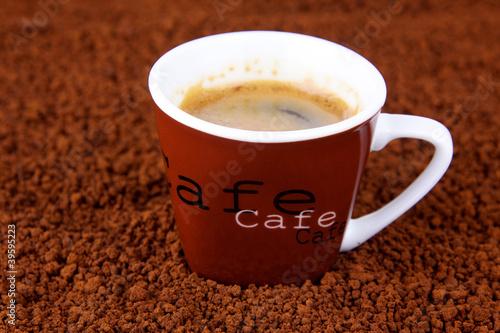 Fotobehang Cafe tasse de café instantané sur lit de café soluble