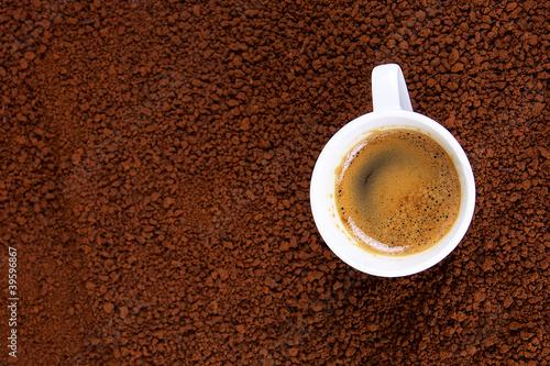 Foto op Plexiglas Cafe tasse de café crême instantané sur lit de café soluble