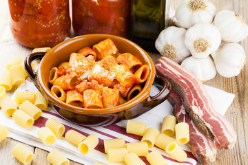 Pasta Amatriciana con ingredienti