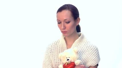 Junge Frau mit Spielzeug traurig