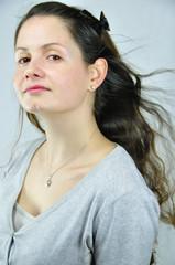 Jeune femme aux longs cheveux