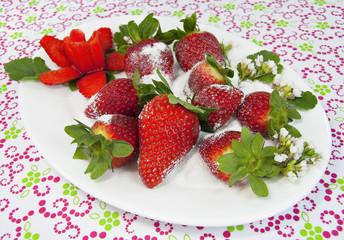 Fresas y edulcorante granulado.