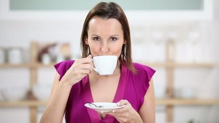 frau genießt kaffee in der küche