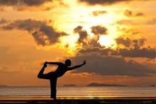 Man silhouet doet yoga oefening natarja