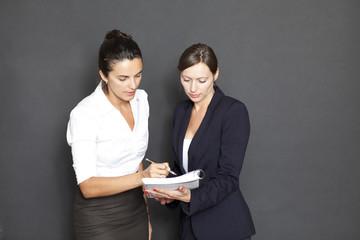 Businessteam unterschreibt Dokumente