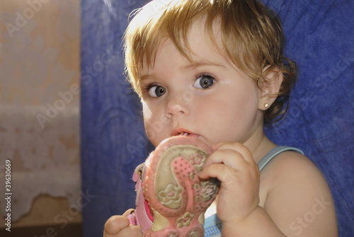 small beautiful girl with dirty òàïêîì in mouth