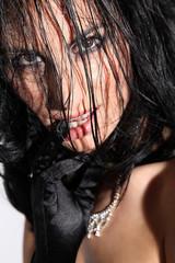 Frau mit erotischem Blick und nassen Haaren