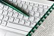 Helle Tastatur, Spiralblock, Zeitung