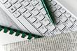 Helle Tastatur, Zeitung, Spiralblock