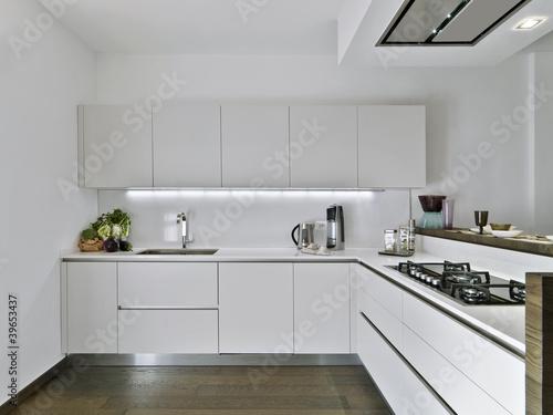 GamesAgeddon - cucina moderna in laminato bianco - Lizenzfreie ...