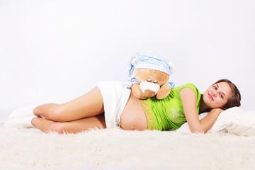 беременная лежа с медведем