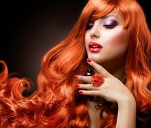 Czerwone faliste włosy. Moda portret dziewczyny