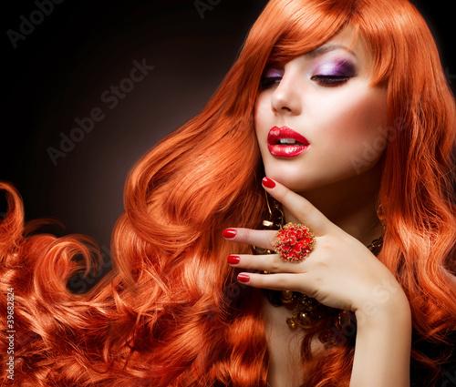 Falowane czerwone włosy. Portret dziewczyny moda