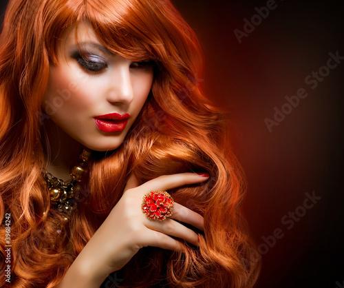 falowane-czerwone-wlosy-portret-dziewczyny-moda