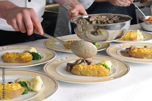 Köche im Restaurant- oder Hotelküche beim Anrichten