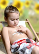 Junge mit Sonnencreme
