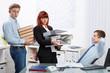entspannter chef mit überforderten mitarbeitern