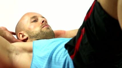 Sportler macht Sit-Ups