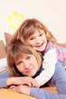 Oma und Enkelin kuscheln und lachen