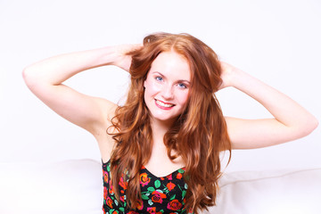 junge frau mit roten haaren rauft sich die haare